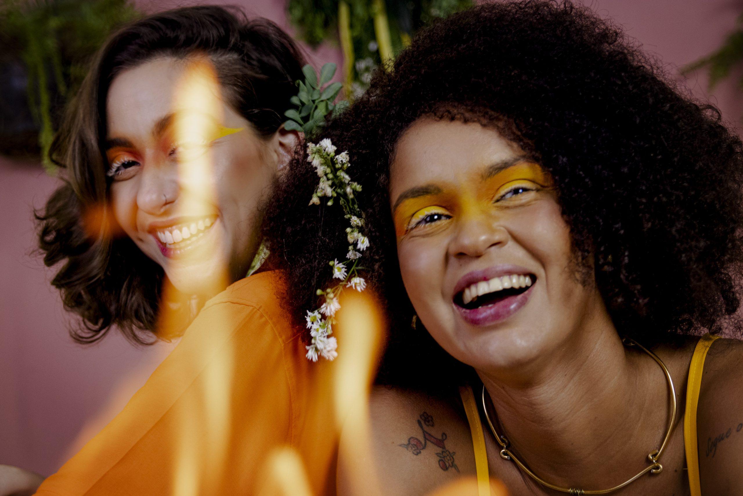 Conheça Louca Por Você, música de Gabriela Lima e Lua Novaes, sobre o final de um relacionamento LGBT e controverso. 23