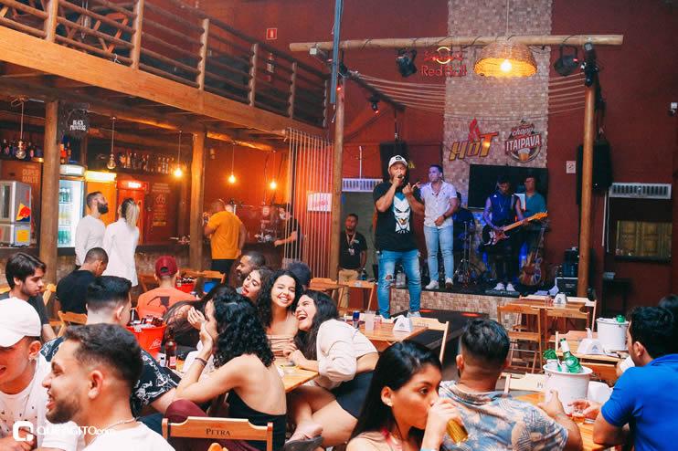 Público vai ao delírio com apresentação da dupla André Lima e Rafael na Hot 90
