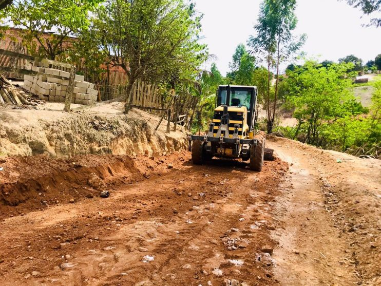Prefeitura de Eunápolis inicia serviço de revitalização em rua para melhorar mobilidade no bairro Juca Rosa 23